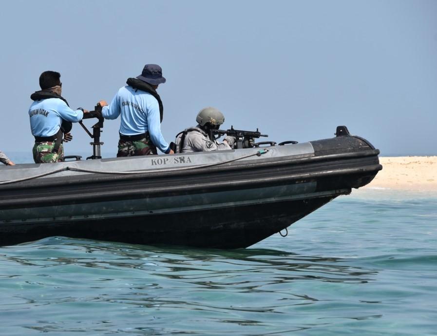 Pasukan Elit Bakamla Latihan Menembak Reaksi di Atas RHIB