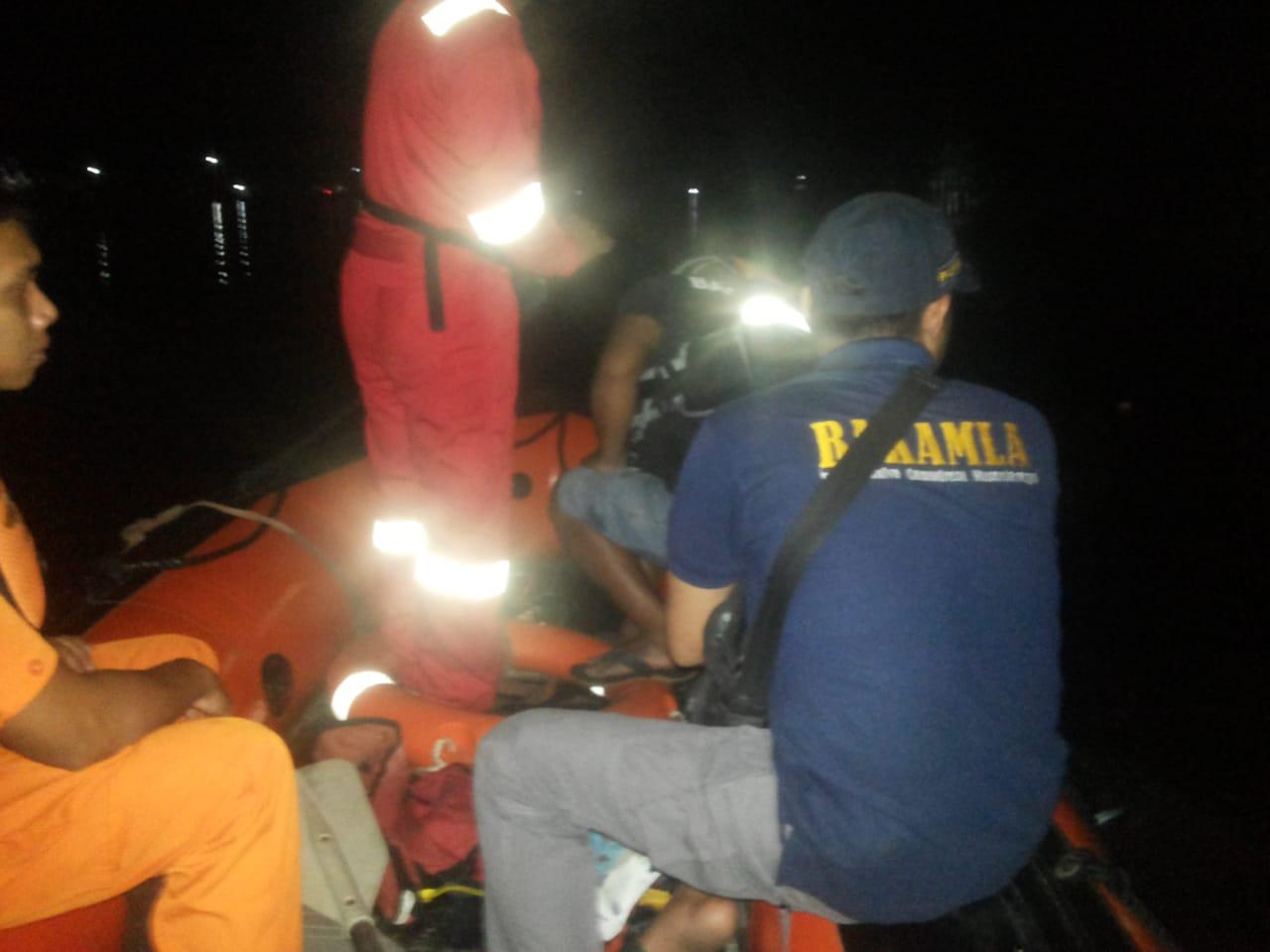 Bakamla Sambas Bersama Pos SAR Sintete Cari Korban Laka di Sungai Selakau