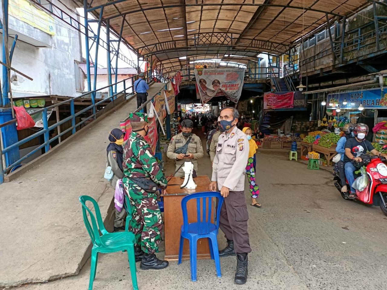 Sinergitas Babinsa Kelurahan Sidodadi Sampaikan Himbauan Protkes di Posko Terpadu Pasar Tangguh