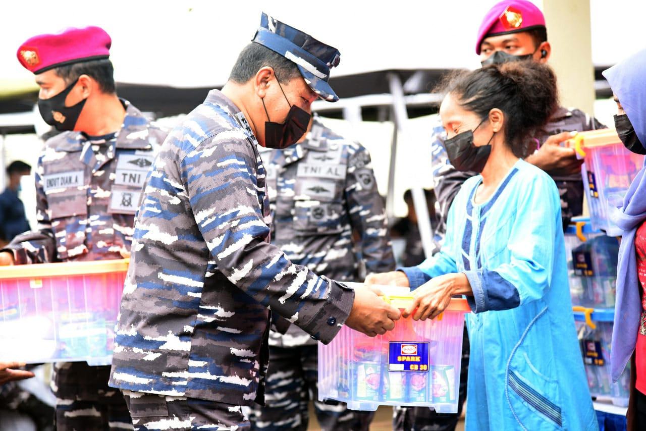 TNI AL Bagikan 1500 Paket Sembako untuk Warga Muara Gembong