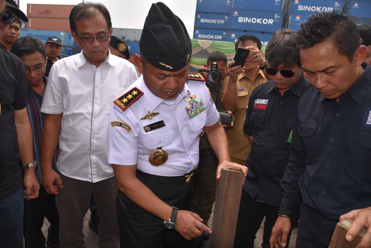 Inilah Kronologis Penangkapan Kayu Eboni Ilegal Asal Sulawesi oleh Bakamla dan KLHK