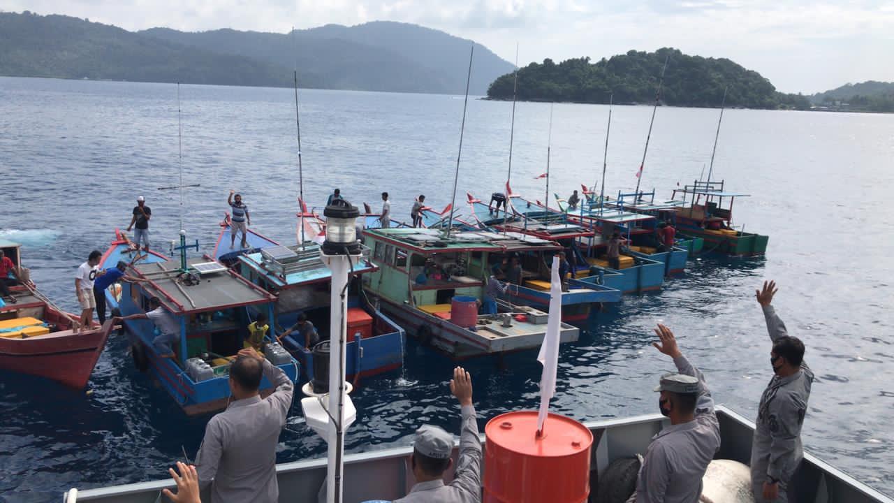 KN. Pulau Dana - 323 Bakamla RI Kumpulkan Nelayan, Sosialisasikan Menghadapi Cuaca Buruk
