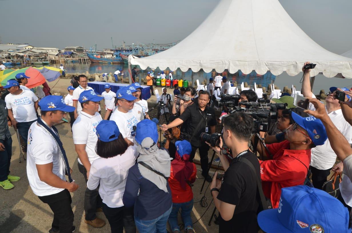 Inilah Aksi Bakamla - Wings Bersihkan Pantai Utara Jakarta