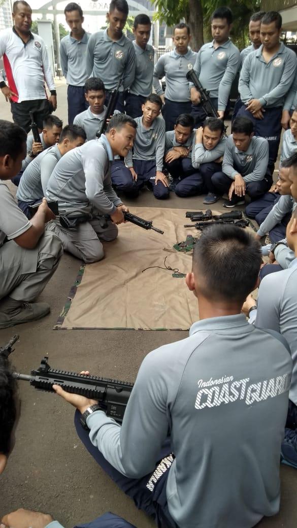 PERSONEL INDONESIAN COAST GUARD BONGKAR PASANG SENJATA