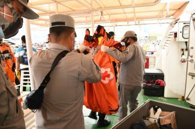 Tim SAR Bakamla Serahkan Dua Kantong Berisikan Serpihan dan Jenazah Korban Pesawat Sriwijaya Air