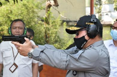 Kunjungi Pindad, Kepala Bakamla RI Jajal Senjata dan Kendaraan Tempur