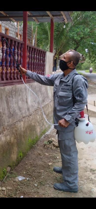 Aksi Sosial Kamla Zona Maritim Timur Semprot Disinfektan ke Rumah Warga