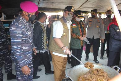 TNI AL , KORPS MARINIR BANGUN DAPUR LAPANGAN UNTUK WARGA ISOMAN PASIEN COVID 19 DI BANDAR LAMPUNG*