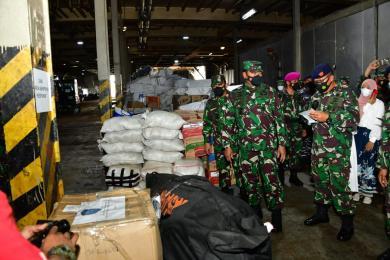 Kasal Lepas KRI Tanjung Kambani-971 Kirim Bansos ke Flores Provinsi NTT