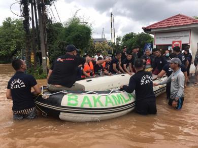 Hari Kedua Banjir Jakarta, SRT Bakamla RI Gerak Cepat Evakuasi Korban Banjir