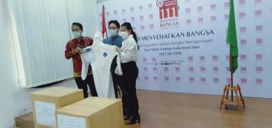 """Perangi Covid -19, """"Wanita Emas"""" Sumbangkan APD Kepada Ikatan Dokter Indonesia"""