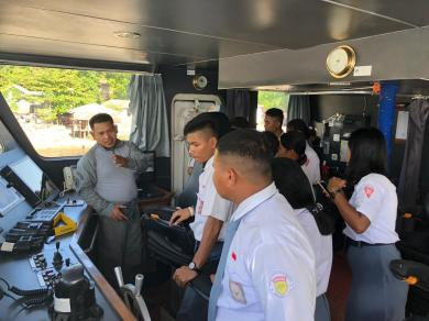 KN Gajah Laut-404 Terima Kunjungan Siswa SMA Kosgoro